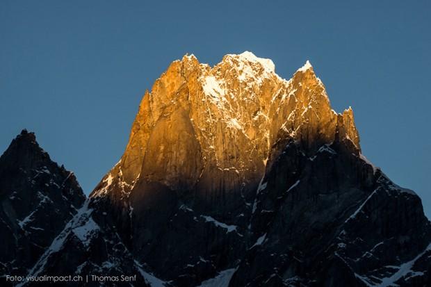 Kishtwar Shivling. Z lewej wierzchołek wschodni 5895 m, w środku główny 5935 m (fot. Thomas Senf)