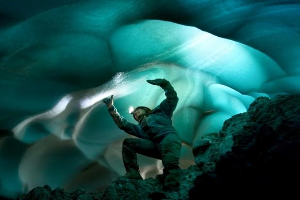 """Zwycięskie zdjęcie Kasi Biernackiej - """"Under the Glacier"""""""