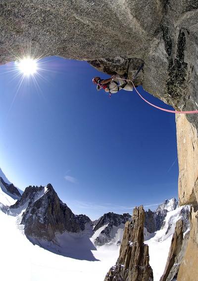 "Alex Huber na ""Voie Petit"" 8b 450 m (fot. Heinz Zak / huberbuam.de)"