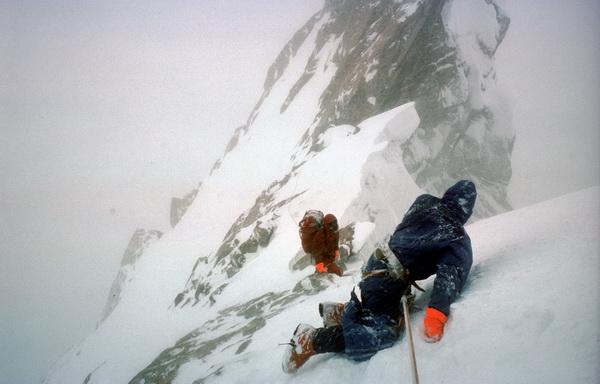 Doug Scott czołgający się na Ogre (fot. arch. Chris Bonington)
