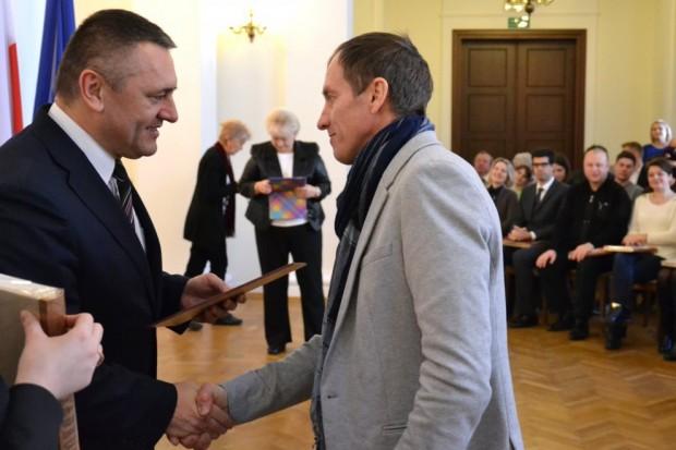 Denis Urubko odbiera Akt Nadania Obywatelstwa Polskiego z rąk Wojewody Dolnośląskiego Tomasza Smolarza (fot.  duw.pl)
