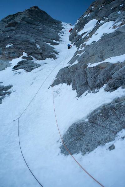 Marcin prowadzi kluczowy, dolny odcinek lodowy (fot. Wojciech Ryczer)