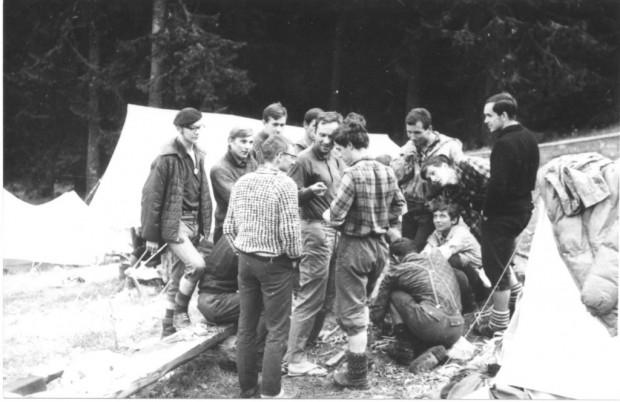 Janusz Kurczab w otoczeniu wspinaczy na taborisku na Szałasiskach w Morskim Oku latem, ok. 1971, już po przejściu zimowym Filara Narożnego (fot. z archiwum Andrzeja Gierycha)