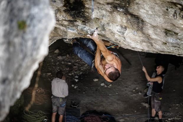 """Adam Mach podczas jesiennych prób na """"Sprawie honoru"""" - wyjście na """"Deklaracji..."""" (fot. Kamil Żmija / zycienazapasie.blogspot.com)"""