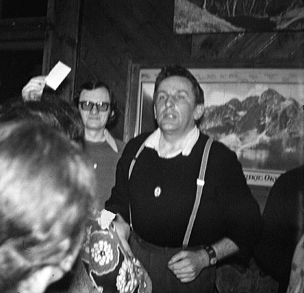 """Sylwester 1970/71 w Morskim Oku. Zbigniew Skoczylas i Adam Krawczyk ogłaszają w imieniu Wysokiej Komisji przyznanie Orderu Złotego Jaja (z czerwoną kropką) Władysławowi Gomułce za to, że """"był już na samym świeczniku, ale się zapchał w trudności i odpalił na sam dół"""" (fot. Krzysztof Łoziński)"""