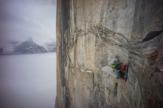 """-  """"The Nighttime Nibbler Bivy"""" - jeden z biwaków zespołu na Great Cross Pillar 600 metrów nad ziemią (fot. Cheyne Lempe)"""