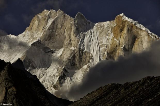 Meru Peak. Droga amerykańskiego zespołu biegnie ogromnym filarem w środku zdjęcia (fot. Jimmy Chin)