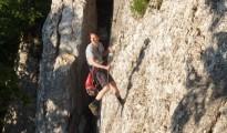 Wojtek Bieniek osadza ringi w lewej części Skalnego Muru w Dolinie Kobylańskiej
