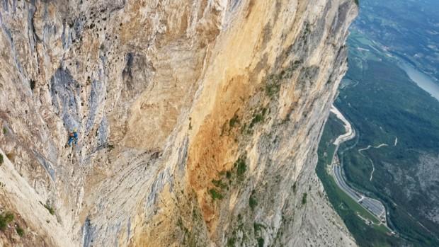 """Łukasz podchodzi na linach na """"Brento Centro"""" (fot. Alpine Wall Tour)"""