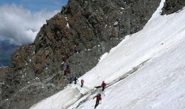 Wspinacze trawersujący Grand Couloir na drodze normalnej na Mont Blanc
