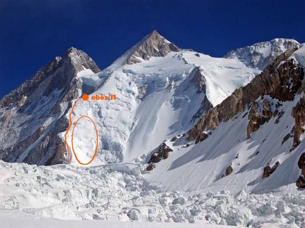 Gasherbrum II z przybliżonymi lokalizacjami obozu II oraz drogi zejściowej do obozu I. Czerwonym kółkiem zaznaczono lodowiec ze szczelinami - prawdopodobne miejsce wypadku