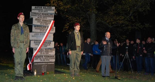 Janusz Onyszkiewicz przemawia podczas odsłonięcia pomnika w Katowicach