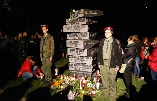 Pomnik ku czci zmarłych alpinistów w Katowicach już odsłonięty