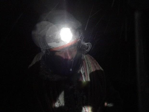 Problem zalodzonej liny to duży problem. W trakcie nocnych zjazdów na jednym z lodospadów w Norwegii (fot. Jan Kuczera)