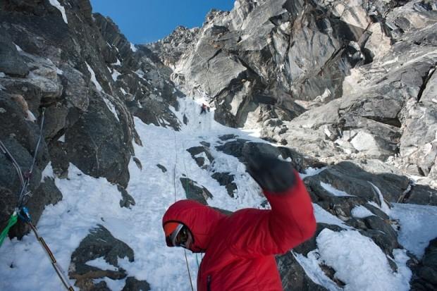 Waldorf asekuruje Rutka na wrednej lodowej ściance (fot. W. Ryczer)