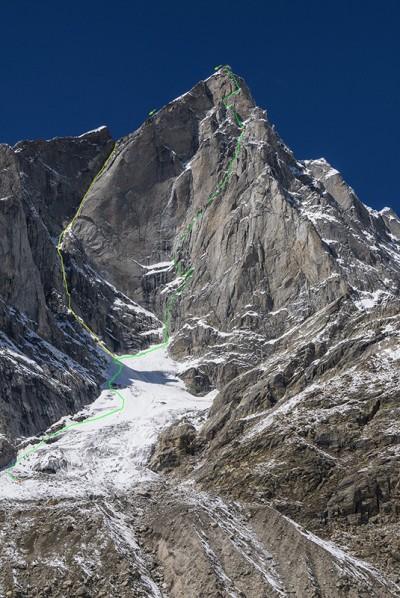 Zielona linia przedstawia drogę zespołu na wschodniej ścianie Cerro Kishtwar, żółta zejście (fot. Marko Prezelj)