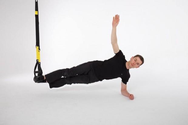 Adam Pustelnik prezentuje jedno z ćwiczeń zapreentowanych w książce