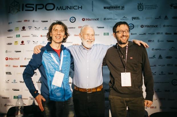 Sir Chris Bonington z organizatorami festiwalu, Piotrem Turkotem (po lewej) i Wojciechem Słowakiewiczem (po prawej) (fot. Adam Kokot / KFG)