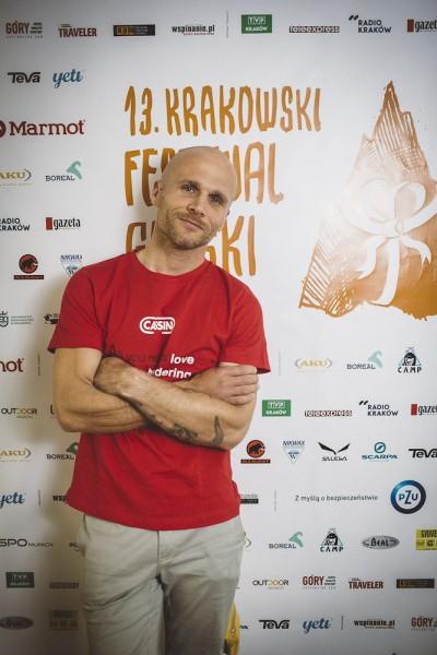 "Marcin ""Yeti"" Tomaszewski na ściance (fot. Adam Kokot / KFG)"
