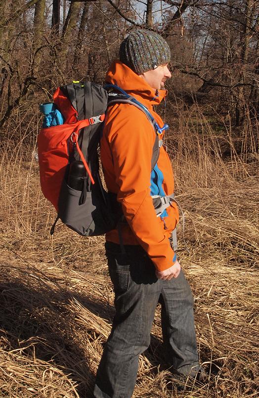 Plecak założony na ramiona znajduje się kilka centymetrów od ciała, dzięki czemu mamy zapewnioną doskonałą wentylację