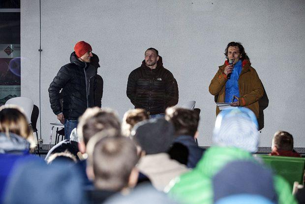 Najjaśniejsze gwiazdy wieczoru - Łukasz Dudek i Rafael Moucka. Dyskusję prowadził Piotr Turkot z portalu wspinanie.pl (po prawej) (fot. Łukasz Nowak Studio w Browarze)