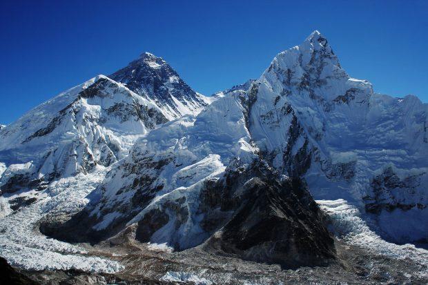 Mount Everest i Nuptse (fot. wikipedia)