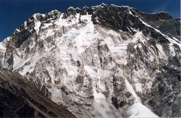 Imponująca południowa, dwukilometrowa ściana Nuptse (fot. wikipedia)