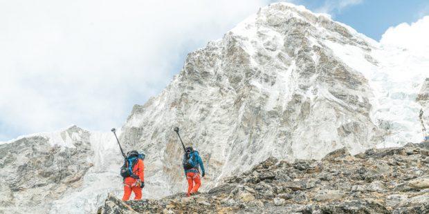 Szerpowie ze sprzętem optycznym w drodze na Mount Everest