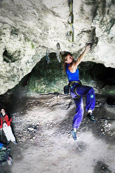 Kinga Ociepka-Grzegulska podczas wspinaczki w Jaskini Mamutowej (fot. Adam Kokot)