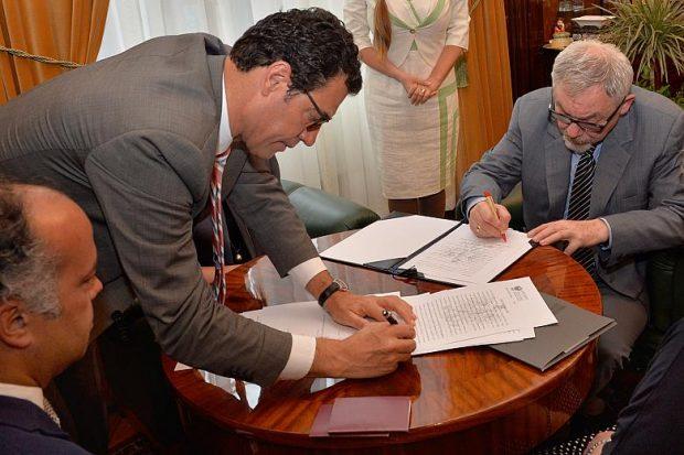 Jacek Majchrowski podpisuje umowę dotyczącą wykupu terenów Zakrzówka