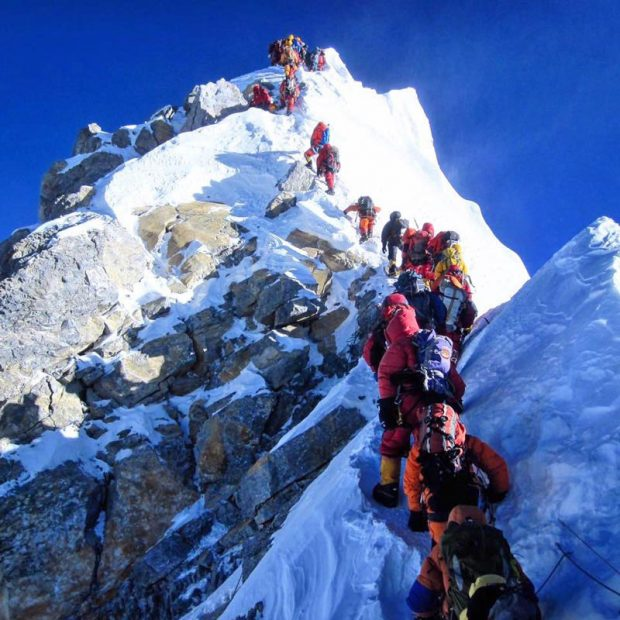 Zatłoczony szlak na Mount Everest, to Hillary Step w nowej odsłonie, maj 2016