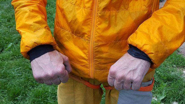 Właściwości izolacyjne wzmacniają elastyczne mankiety na rękawach i elastyczny pas na dole kurtki (fot. wspinanie.pl)