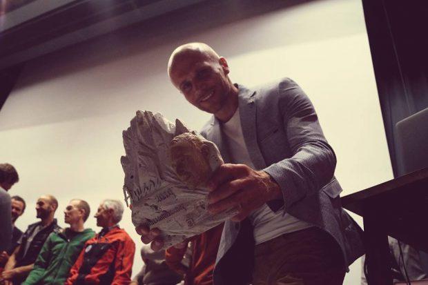 Marcin Tomaszewski ze statuetką Karl Unterkircher Award
