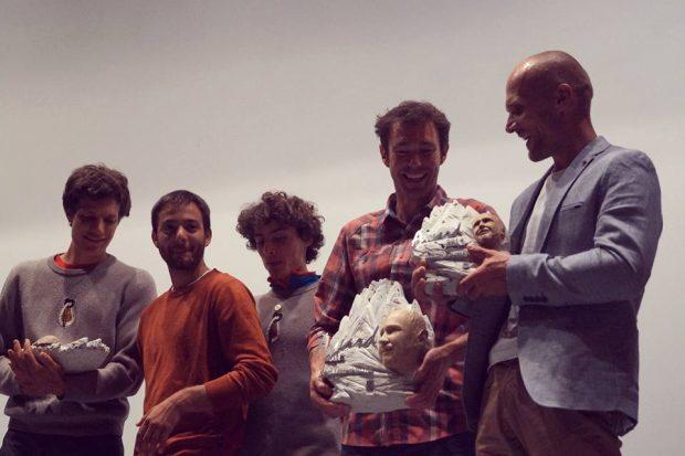 Tegoroczni laureaci Karl Unterkircher Award ze statuetkami. Od prawej Marcin Tomaszewski i Ande Hauseman