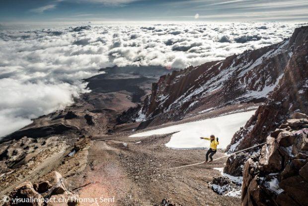 Stephan Siegrist - highline na Kilimandżaro (fot. Thomas Stenf)