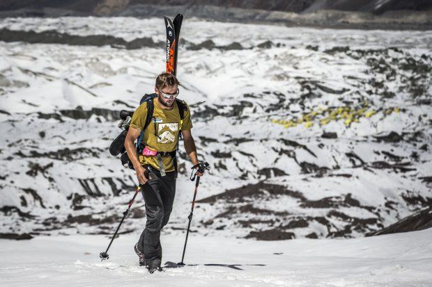 Andrzej Bargiel nad bazą na lodowcu Inylczek Południowy (fot. Marcin Kin)