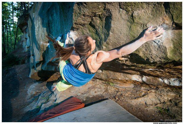 """Bouldering w Shamanach - Gosia Rudzińska (fot. Maciek """"Gajewski)"""