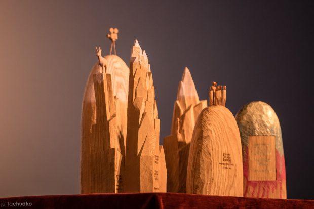 Nagrody międzynarodowego konkursu filmowego - statuetki Marcina Rząsy. (fot. Julita Chudko)