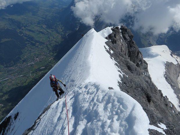 Jeszcze tylko psychiczny trawers po zmrożonych śniegach tuż nad ścianą północną i słynny Eiger jest nasz! (fot. www.kw.bielsko.org)