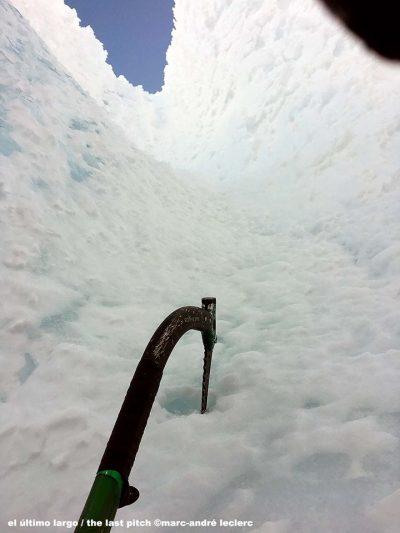 Wspinaczka w lodowym tunel - ostatni wyciąg (fot. Marc-André Leclerc)