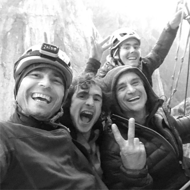 Adam Ondra i jego ekipa, radość po przejściu najtrudniejszych wyciągów drogi