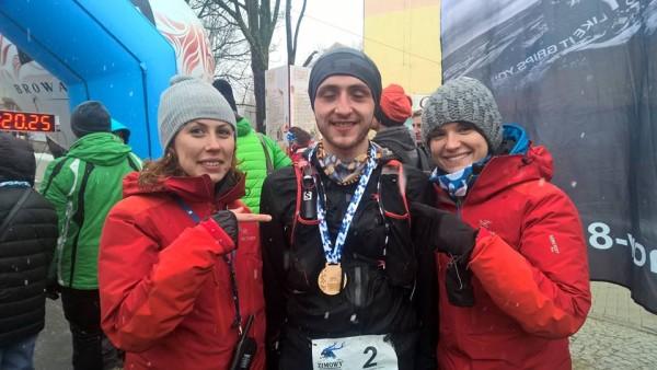 III Zimowy Ultramaraton Karkonoski. Organizatorki – Ania Kautz i Agnieszka Korpal ze zwycięzcą Bartoszem Gorczycą