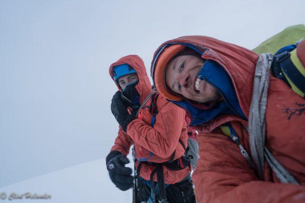 Jess Roskelley i Clint Helander na szczycie Mount Huntington po 5-dniowej wspinaczce. Następne 36 godzin spędzą pod szczytem szczycie w oczekiwaniu na poprawę pogody