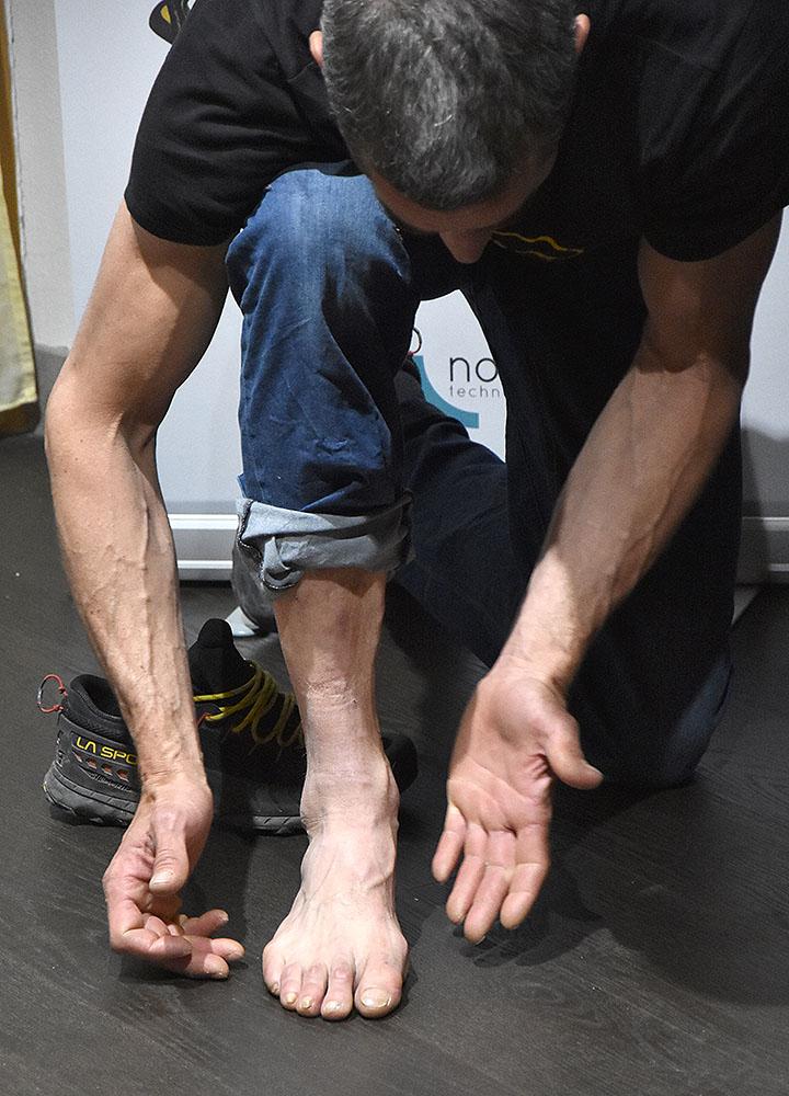 05765449 Pietro dal Prà wyjaśnia tajniki związane z anatomią stóp (fot. wspinanie.pl)