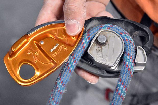 Prawidłowe umieszczenie liny jest kluczowe, by zadziałał mechanizm hamujący GriGri+ (fot. wspinanie.pl)