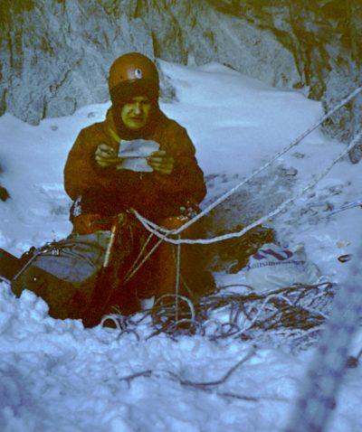 Mariusz Koras pod Małym Kieżmarskim w lutym 1977, w nocy przed wejściem w ścianę (lojanci.org / fot. W. Krajewski)