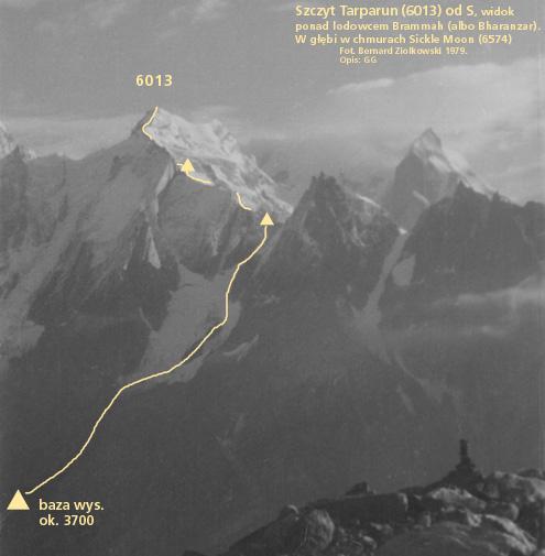 """Szczyt 6013 (Tarparun) nad doliną Nanth w Himalajach Kishtwar w Kaszmirze, z naniesioną drogą 1 wejścia z 1979 r. o trudnościach IV. W głębi w chmurach Sickle Mooon (6574), na lewo za krawędzią zdjęcia szczyt """"Eiger"""" ok. 5800 m. Zbliżone zdjęcie oraz notatka z wyprawy, autorstwa Mariusza Korasa, ukazały się w """"Taterniku"""" w numerze 2/1980, s. 59, a mapka doliny w numerze 2/1979, s. 67. Fot. Bernard Ziółkowski, opis G. Głazek."""