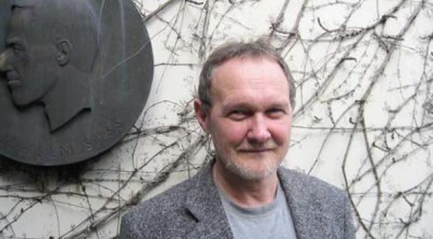 Mariusz Koras w trakcie pobytu w 2007 w Oberwolfach (na tle tablicy upamiętniającej pierwszego szefa tamtejszego Instytutu, Wilhelma Süssa). Fot. Renate Schmid