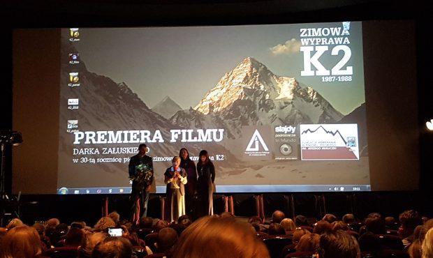 Na premierę zaprasza Anna Milewska, po lewej stronie stoi reżyser filmu Darek Załuski, Kino Luna, 28.11.2017