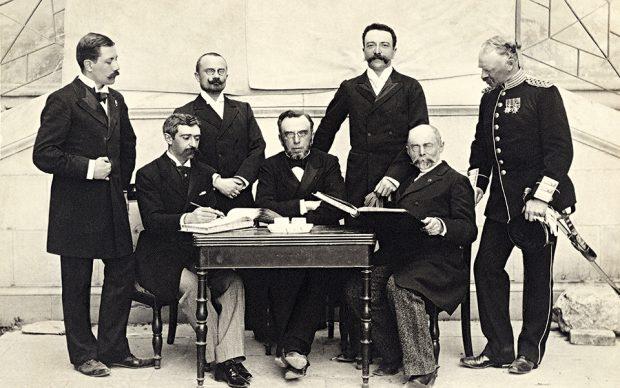 Członkowie pierwszego Międzynarodowego Komitetu Olimpijskiego, 1894 rok. Od lewej: Willibald Gebhardt (Niemcy), Pierre de Coubertin (Francja), Jiri-Guth Jarkovsky (Czechy), Dimitrios Vikelas (Grecja), Ferenc Kemeny (Węgry), Alexei de Butowsky (Rosja), Viktor Balck (Szwecja).